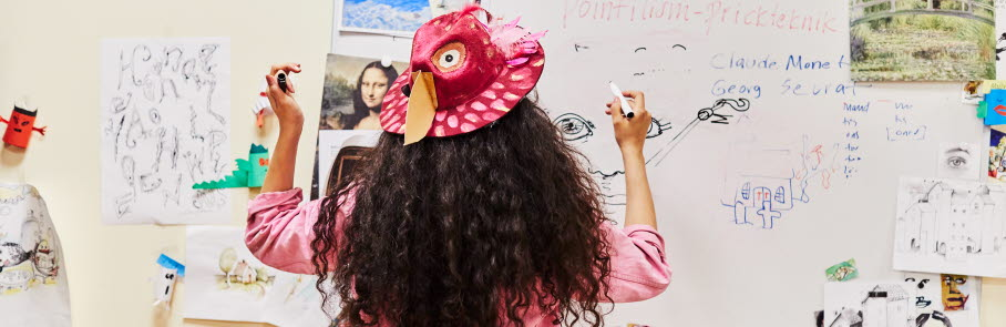 Ung kvinna skriver på en whiteboard