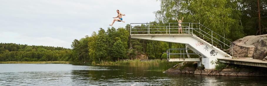Man hoppar från hopptornet vid Rösjön