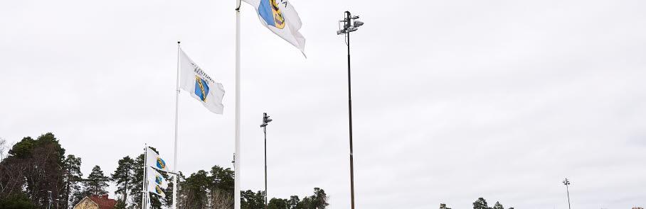 En ljusanordning och flaggor på Sollentunavallen