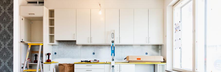 En lägenhet där ett nytt kök monteras.