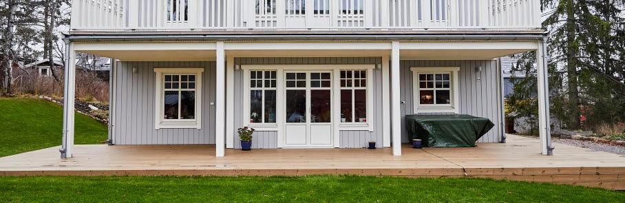 En fin, nybyggd trävilla med ljusgrå fasad. Villan har en stor altan och terrass.