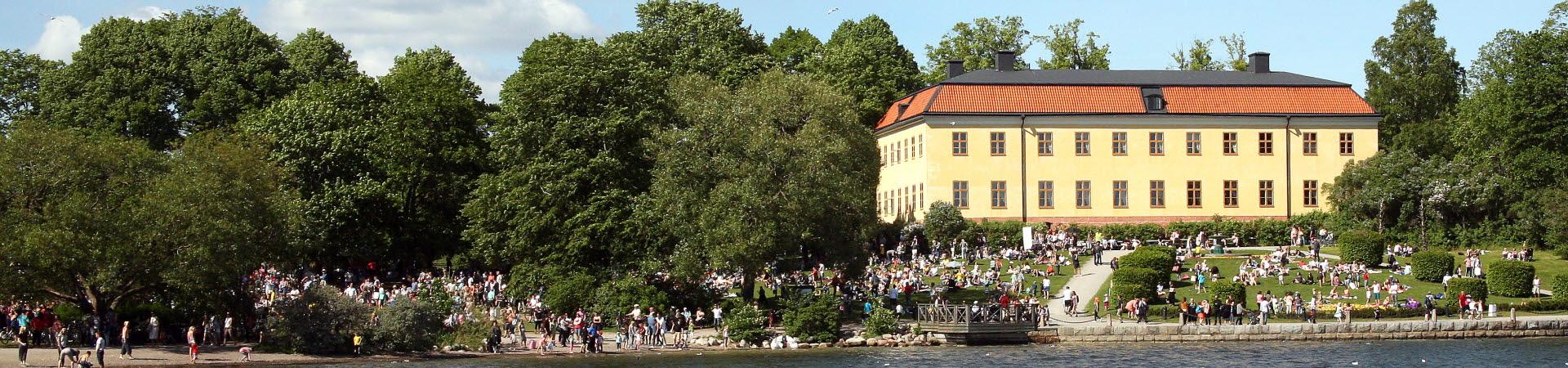 Edsbergs slott och park där många människor som firar nationaldagen.
