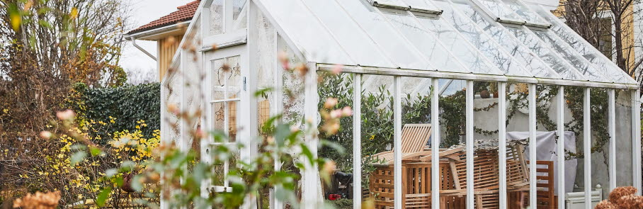 Ett växthus i en villaträdgård