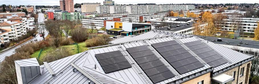 Solceller på taket till flerbostadshus i Sollentuna.
