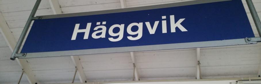 Texten Häggvik på en skylt vid pendeltågsperrongen