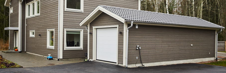 Ett garage framför en villa