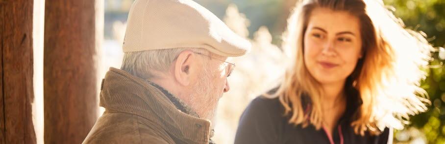 Äldre man och yngre kvinna som samtalar