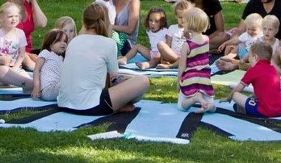 bild på barn och vuxna på filtar
