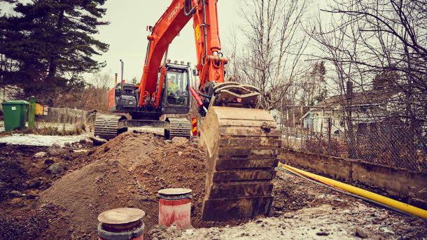 En grävmasking på en byggarbetsplats i Väsjön