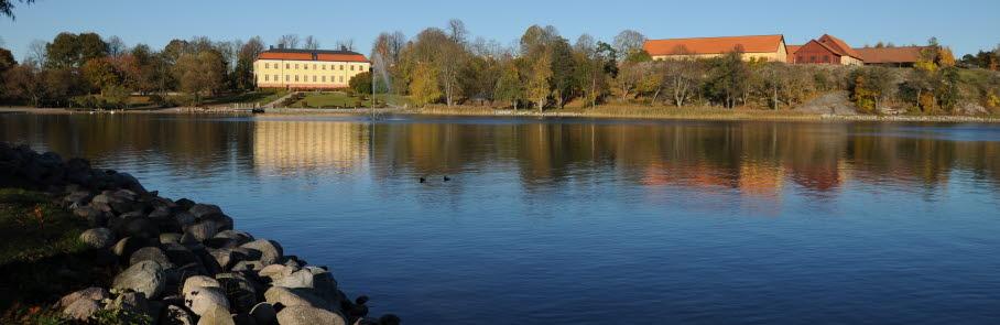 Vacker höstbild med Edsviken i förgrunden och Edsbergs slott i bakgrunden