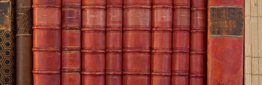 Böcker i skinnband som står i en hylla
