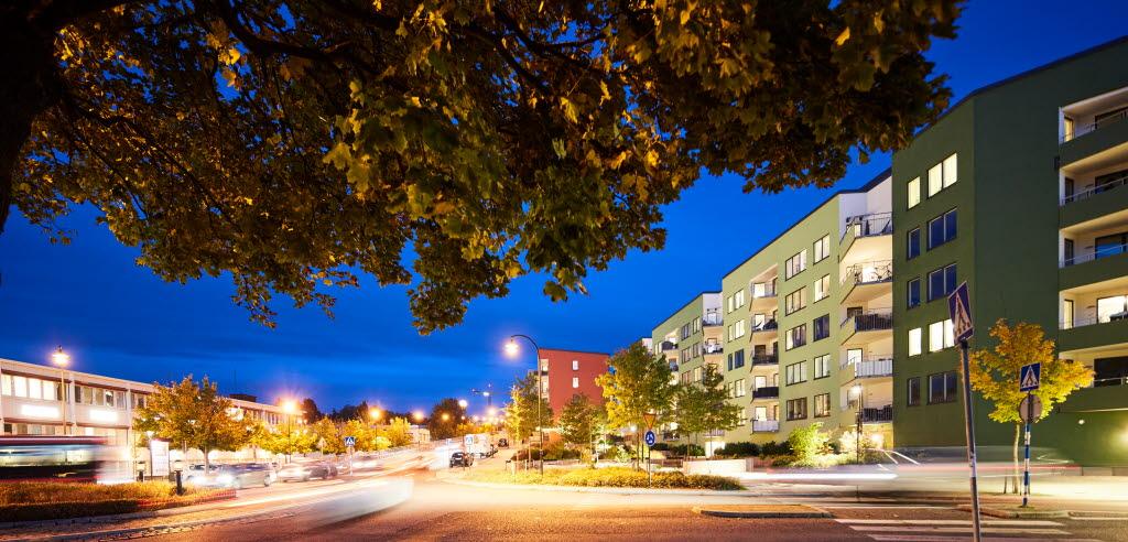 En gata i Sollentuna centrum fotograferad på kvällen.